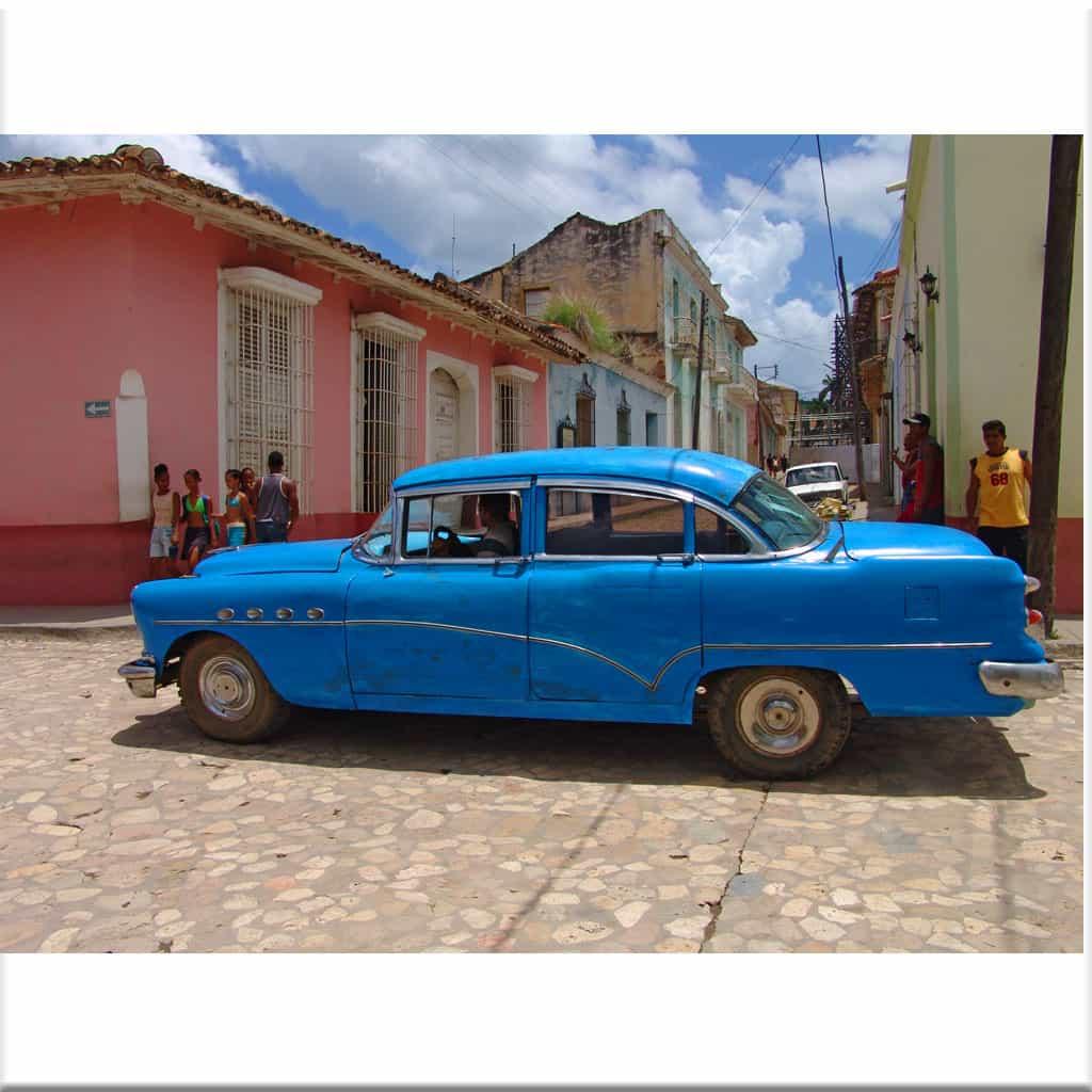 Auto azul en Trinidad
